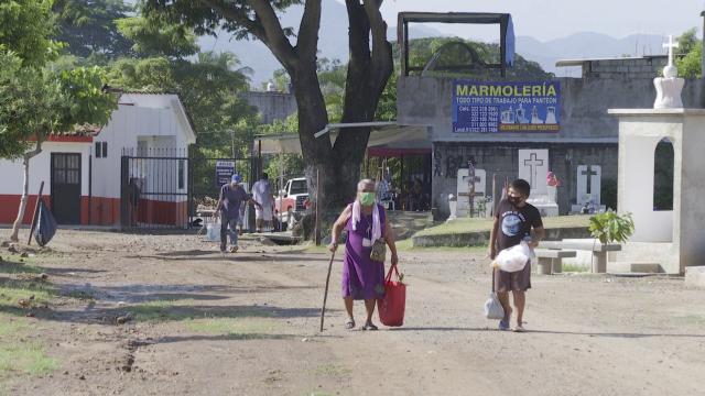Familiares ingresando al panteón de El Progreso en Puerto Vallarta