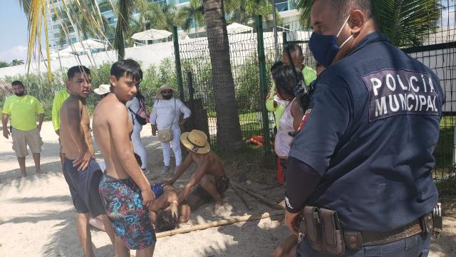 Policía en playa del Holi