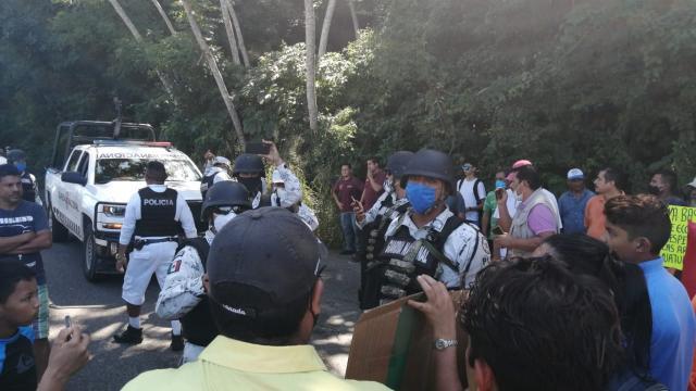 Manifestación por espigón en los Arcos de Mismaloya