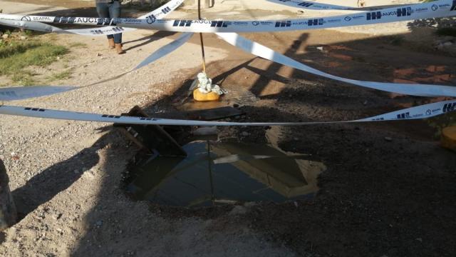 Pozo de agua en medio de una calle