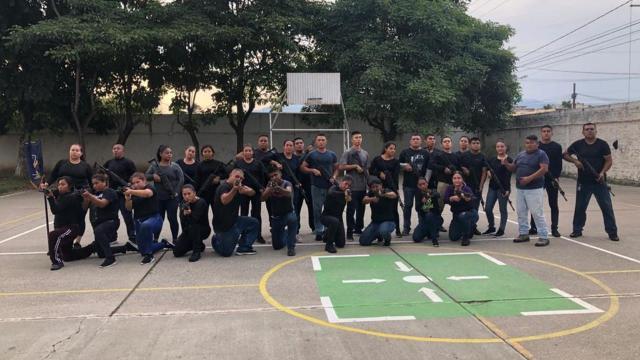 Control de armas en la Academia de Policía