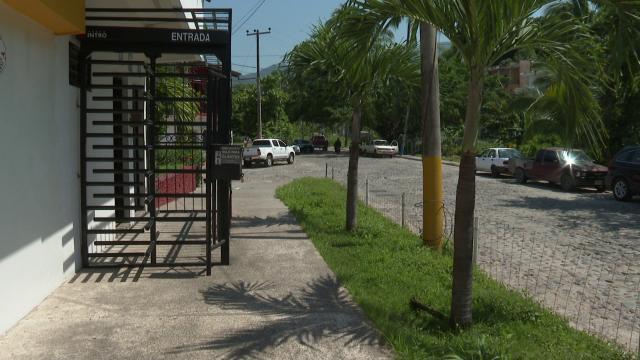 Reja invade vía pública en Puerto Vallarta