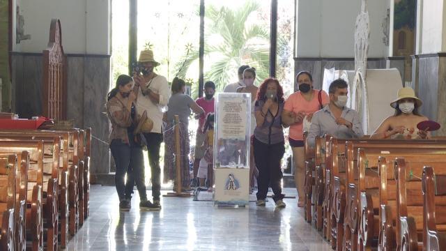 Feligreses en la entrada de la Parroquia de Guadalupe en Puerto Vallarta