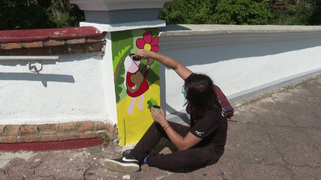 Pintan al estilo Manuel Lepe puente en Vallarta