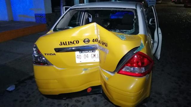 Taxi destrozado en la parte trasera