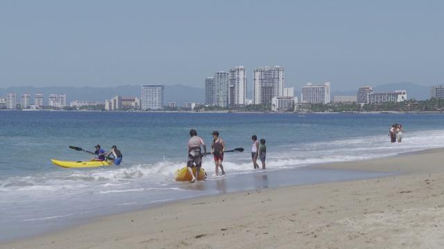 Turistas en playa de Puerto Vallarta