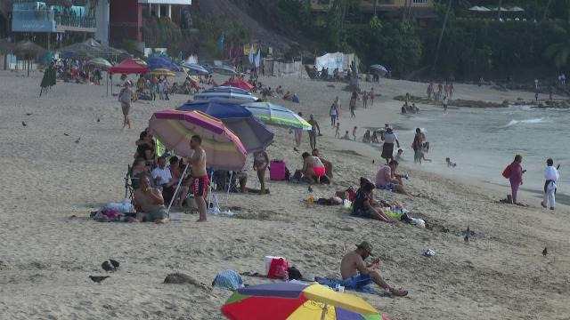 Turistas en Playa Los Muertos