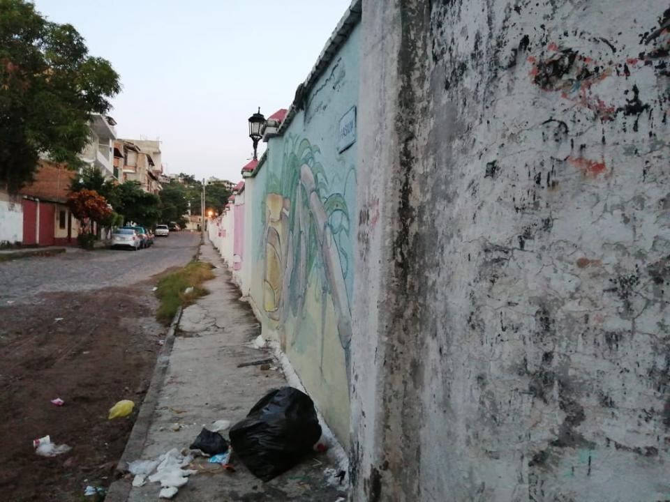 Barda descuidada en panteón municipal