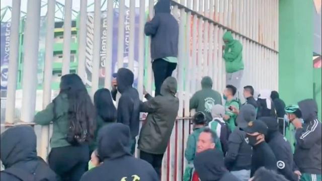 Aficionados en estadio de León