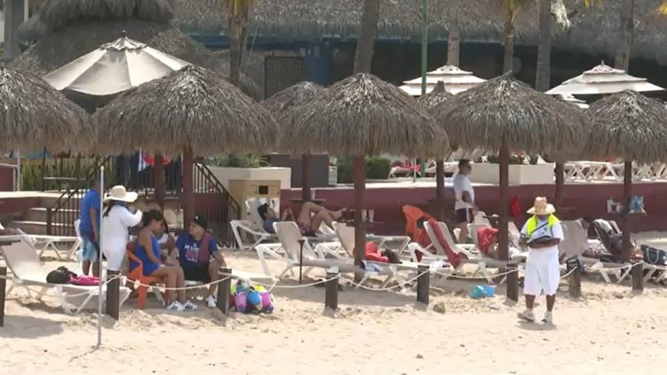Vendedores en playa de Puerto Vallarta