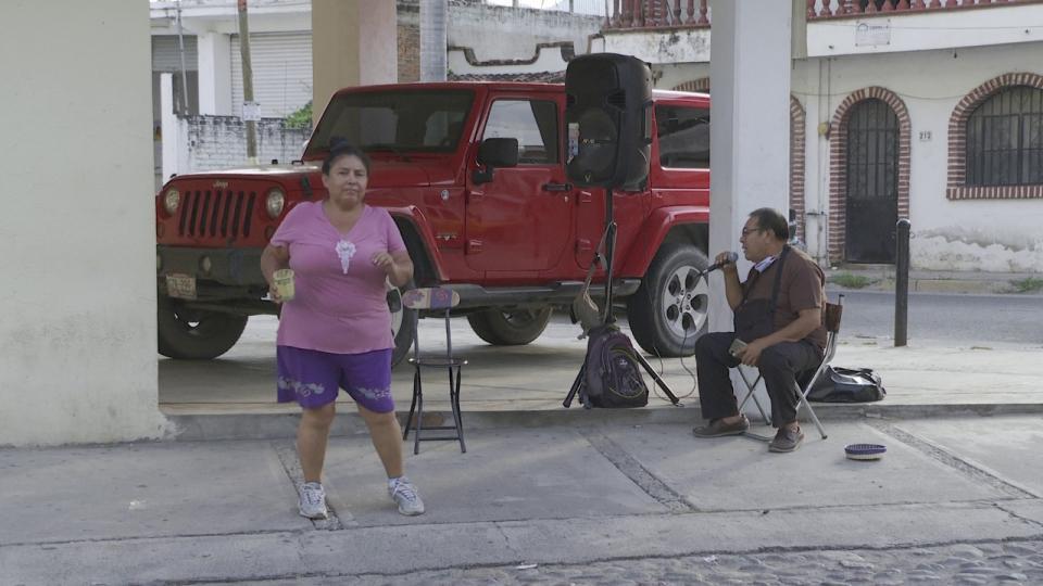 Señor cantando en la calle para subsistir