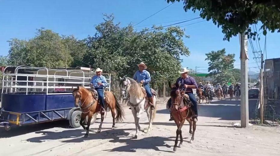Pese a restricciones realizan cabalgata revolucionaria en Ixtapa