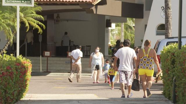 Turistas afuera de la recepción de un hotel en Puerto Vallarta