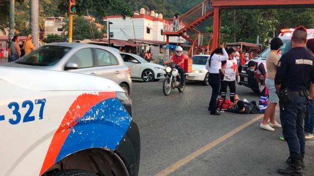 Motociclista se embarra en un auto