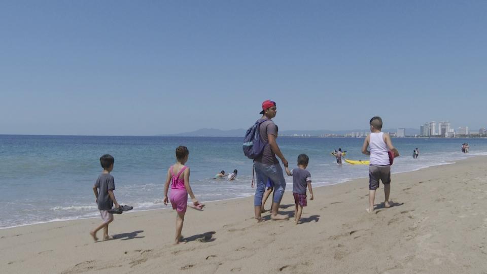 Gente pasendo en Playa de Puerto Vallarta
