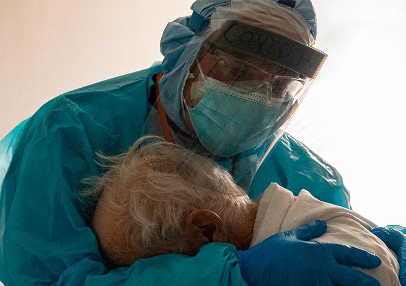 foto de un médico abrazando a un anciano con covid-19 se vuelve viral