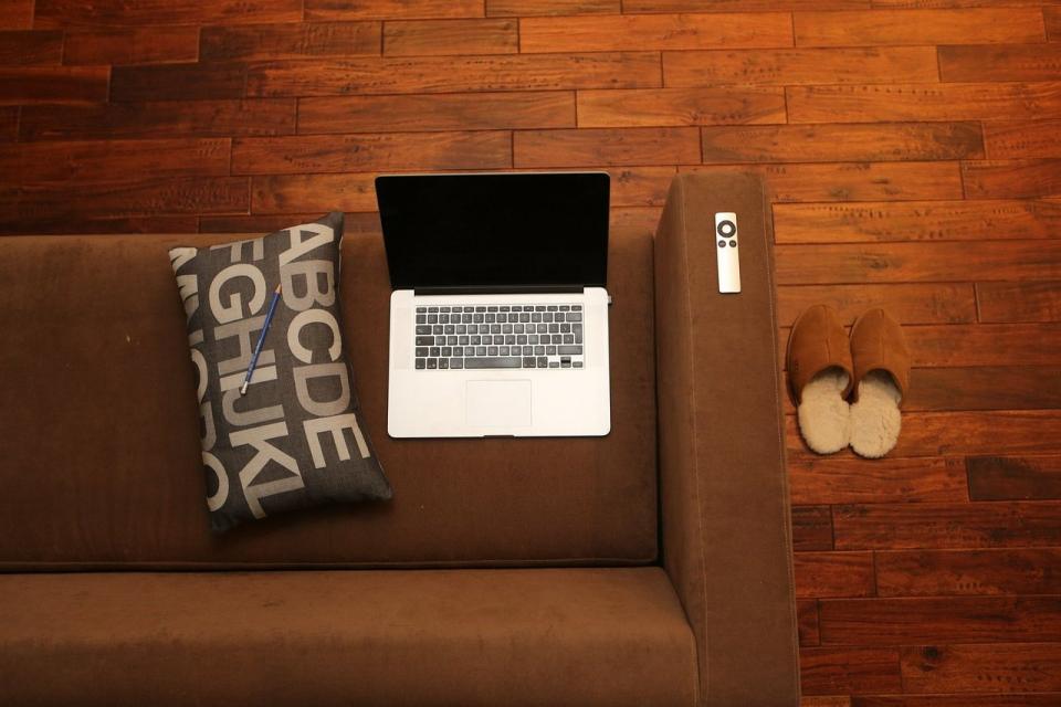 Laptop sobre un sofá