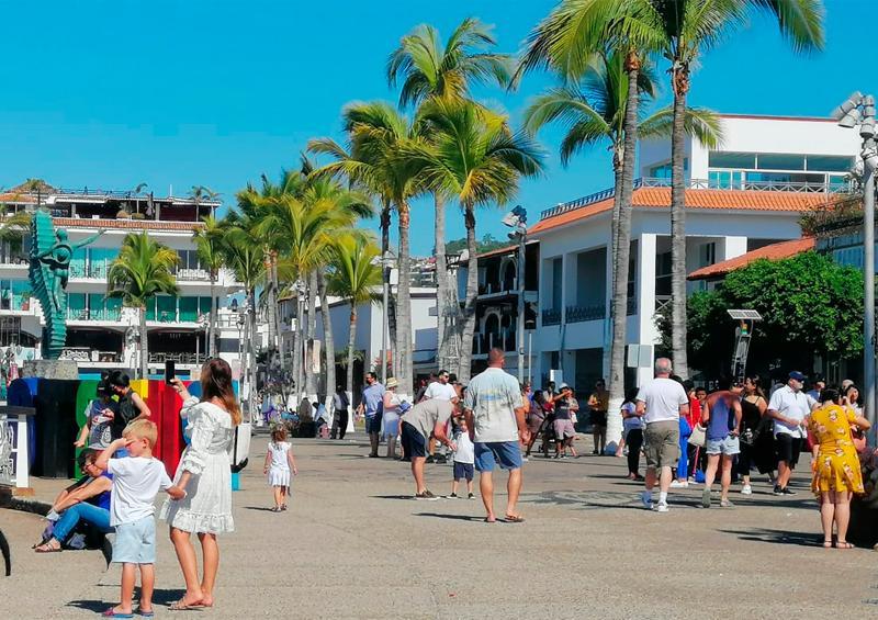 Turistas renuentes a usar el cubrebocas en Puerto Vallarta