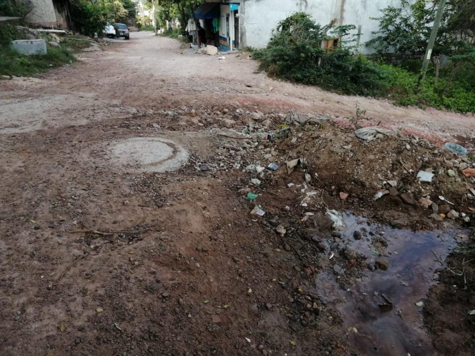 Calle en mal estado en Ramblases
