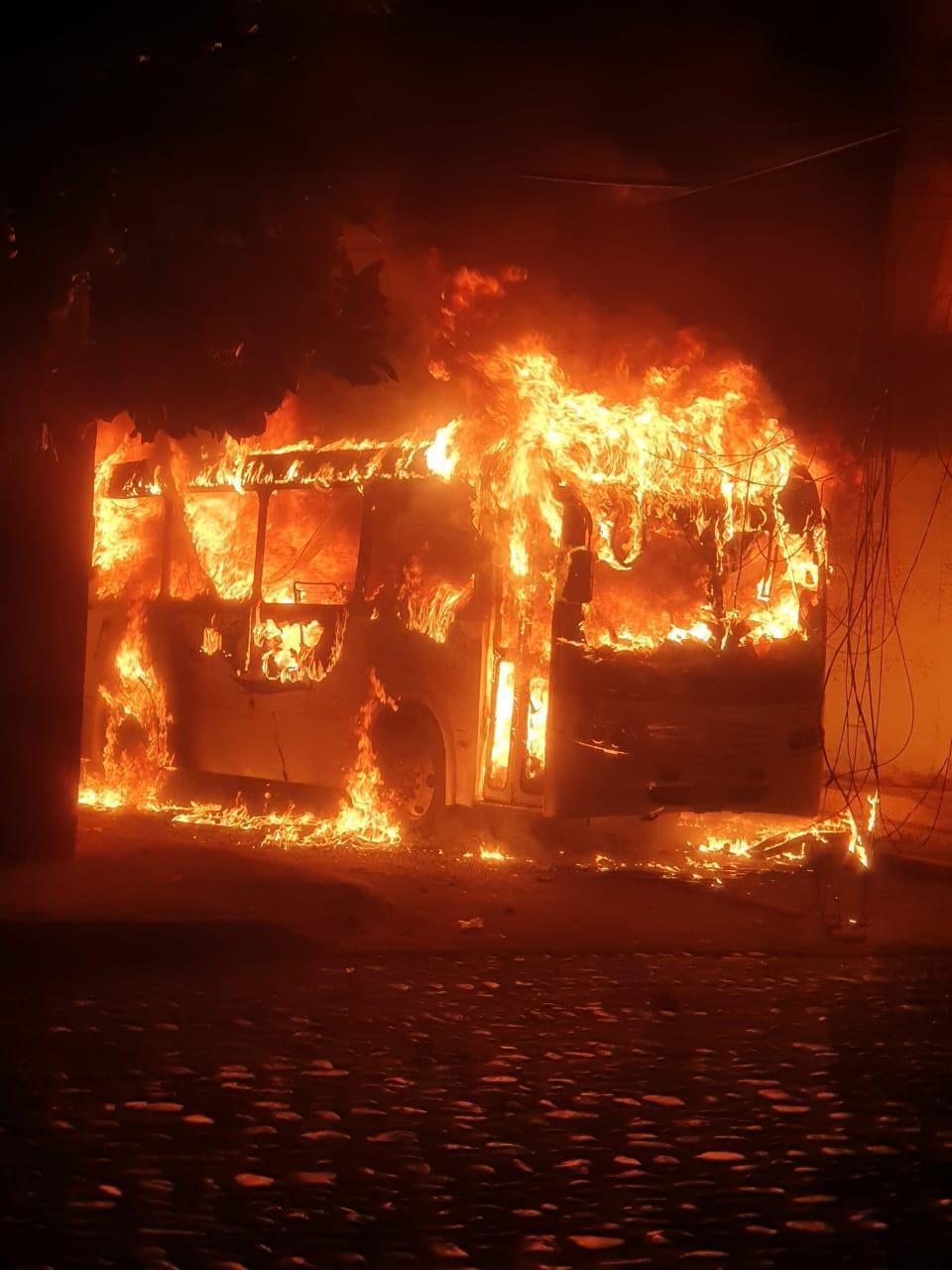 Autobús incendiándose