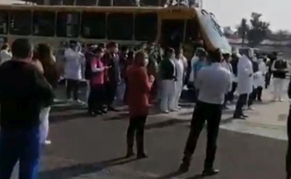 Mariachis reciben a médicos