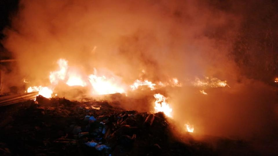 Incendio en basurero alarma a vecinos de Villas Universidad