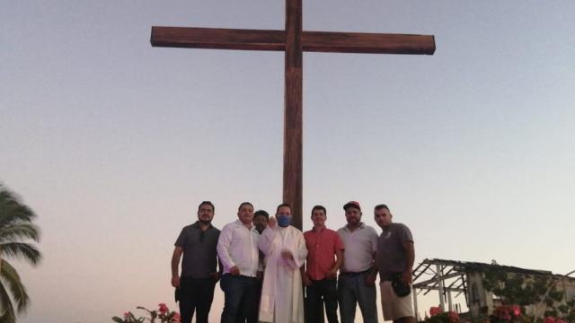 Pobladores instalan cruz de Huanacaxtle