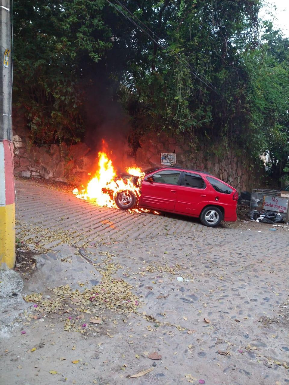 Auto incendiándose
