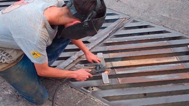 Reparan alcantarilla rota que era un riesgo para los automovilistas
