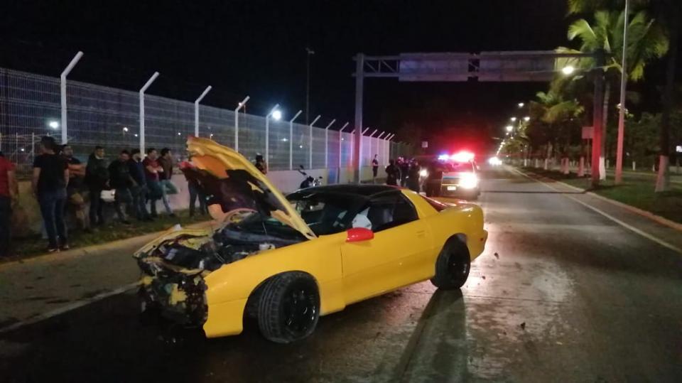 Carro destruido del frente