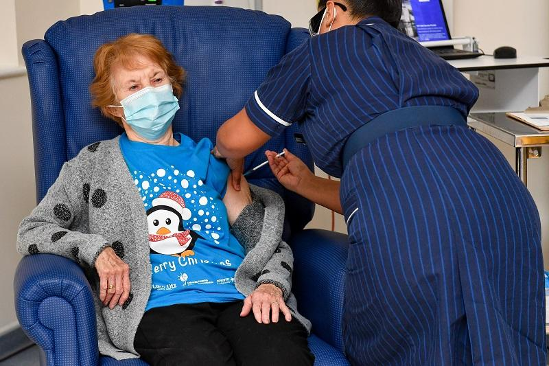 Margaret Keenan, la primera paciente del mundo en recibir la vacuna contra el covid-19