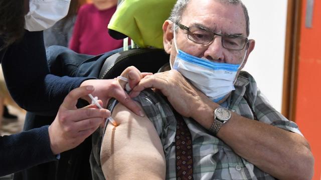 Enfermera aplicando la vacuna contra el covid-19 de Pfizer, en Francia