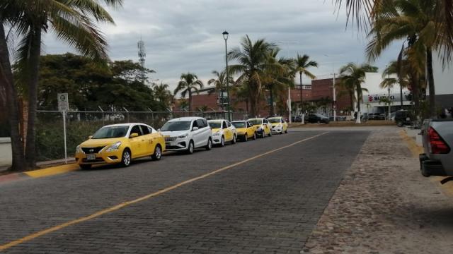 Invasión de taxis en calle Proa