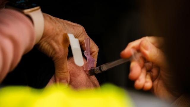 Campaña de vacunación contra covid-19 en Louisville, Estados Unidos