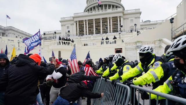 Se suicida policía del Capitolio presente en la irrupción