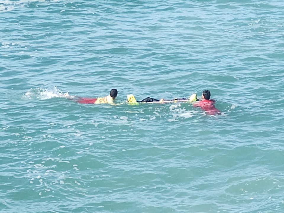Cadáver flotando en playa