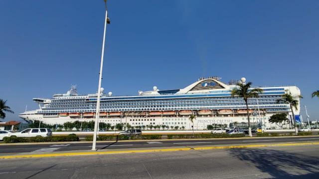 Atraca crucero en Vallarta; estaba fondeado en la bahía