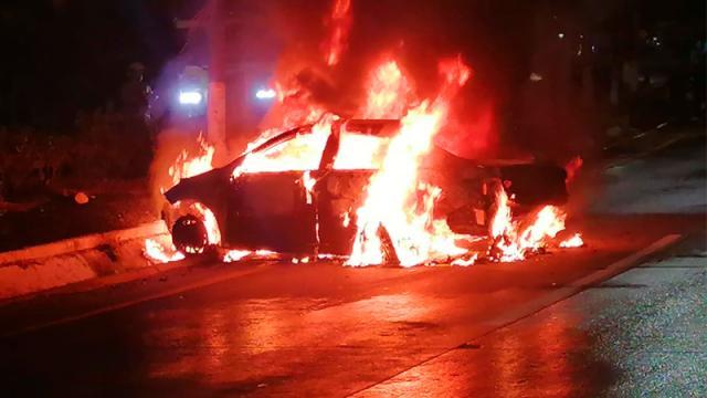 Pierde el control, choca y su vehículo se incendia
