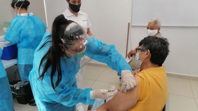 Primer adulto mayor vacunado en Puerto Vallarta