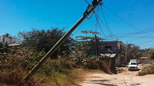 Queman poste y se roban lámpara de alumbrado público en Loma Bonita