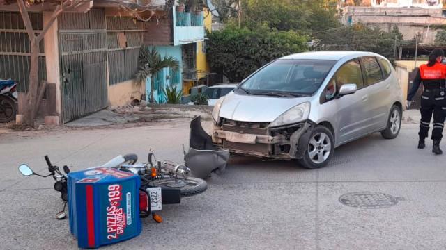 Pizzero choca contra auto en Lomas del Calvario y resulta herido