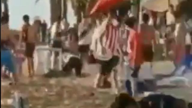 Porra de las Chivas hace destrozos en playa de Mazatlán