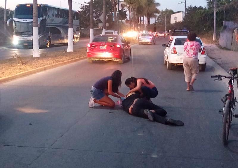 Motocilista choca contra taxi por ir a exceso de velocidad