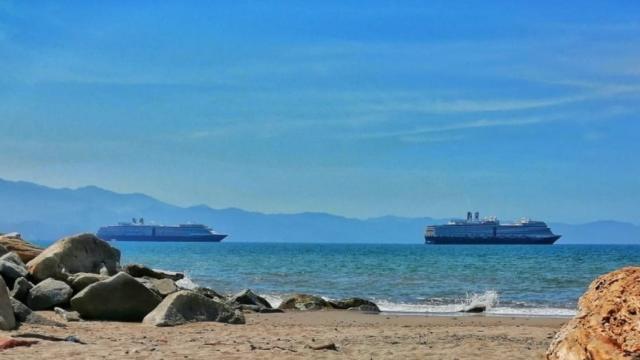 Cruceros fondeados en Puerto Vallarta