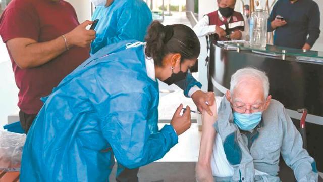Adultos mayores vacunados contra covid-19