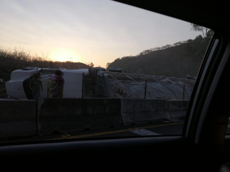 Trailer con cal  volcado cierra la carretera Tepic-Guadalajara