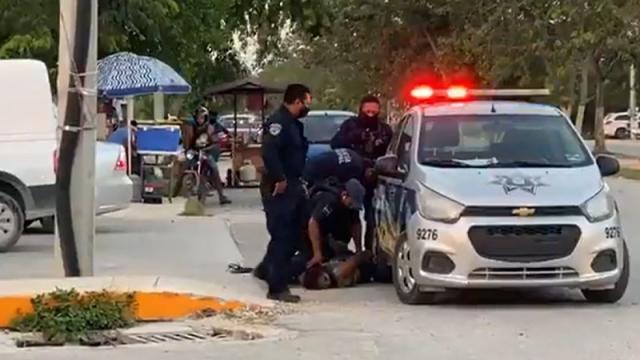 Mujer sometida por Policías