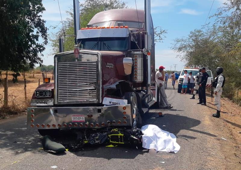 Tractocamión embiste a motociclista en Tomatlán y lo mata