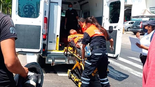 Choca motociclista y resulta herido