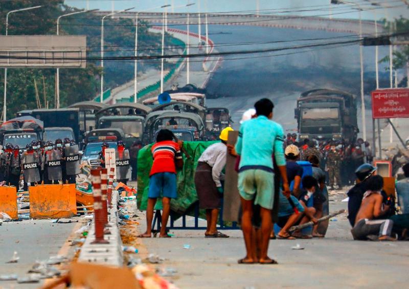 18 manifestantes muertos en Birmania, las protestas no cesan
